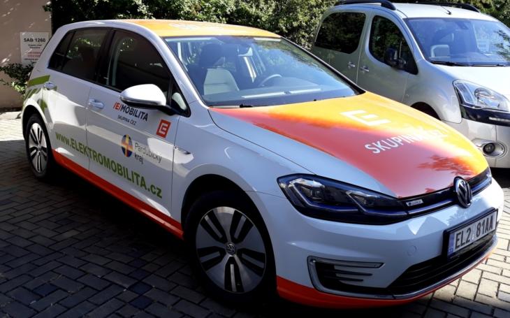 Na Krajském úřadě využívají elektromobil Volkswagen e-golf. Pardubický kraj věří v budoucnost elektromobility