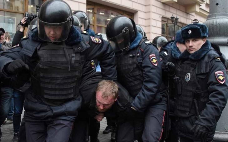 V Rusku jsou svině, mlátí lidí. Ve Francii také mlátí lidi, ale svině nejsou. Komentář Štěpána Chába