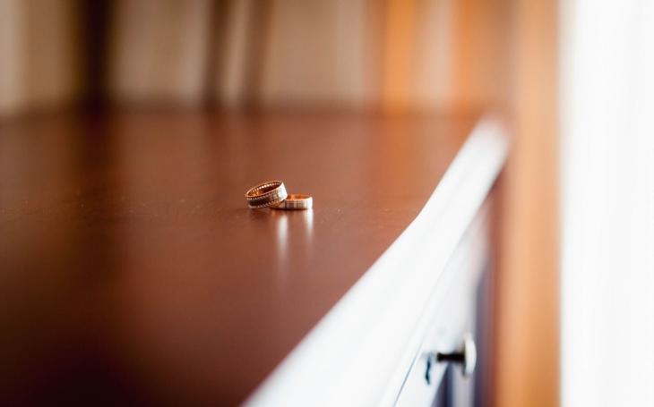 Jaképak mají asi politici doma manželky? Komentář Štěpána Chába