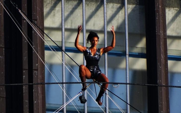 Ve výšce 35 metrů po laně bez jištění. Provazochodkyně přešla Vltavu od právnické fakulty do Letenských sadů. Velká frajeřina! Podívejte