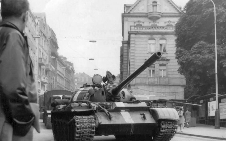 Sovětský tank spadl do řeky Ohře… Dramatický srpen ´68 ve Varech. A co přišlo pak