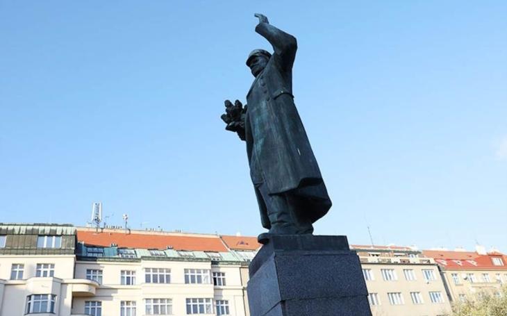 V soše Koněva našli ricin, socha při výslechu nervózně přešlapovala na místě a ohlížela se po Dukovanech. Komentář Štěpána Chába