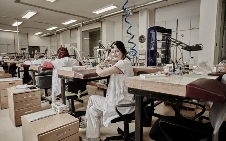 Výrobce hodinek PRIM umožní pohled 'pod pokličku'