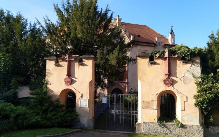 Slavný zámek přeměnili na koncentrační tábor a mrtvé vězně pohřbívali u zdi. Český poutník