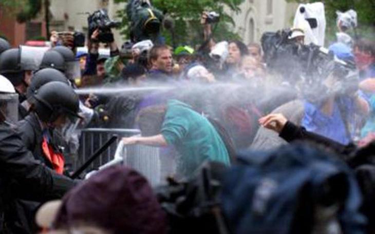 Pak mi zasvištěl Molotovův koktejl nad hlavou... Masivní protesty proti MMF, byl jsem při tom. Reportér vzpomíná
