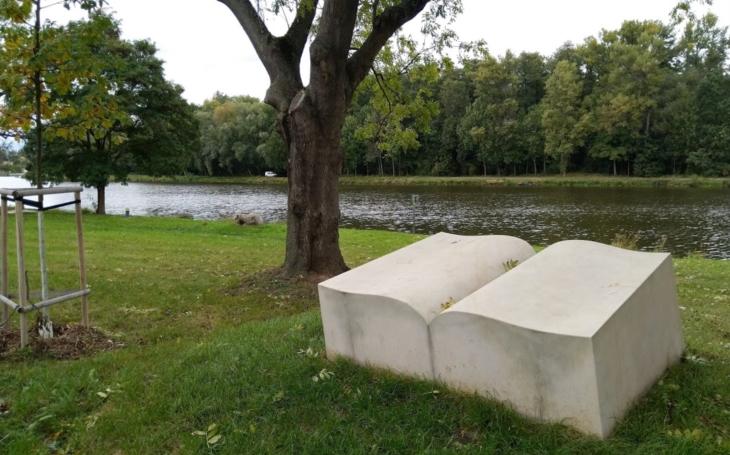 Podél řeky Labe ke knize, která váží 9 tun. Český poutník