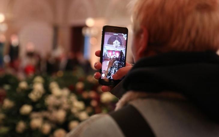 Pohřeb národní ikony jako znamení doby. Podstatně větší pozornost lidé věnovali mobilům než pietě. Selfíčka u rakve a...