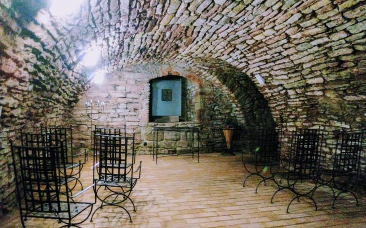 V městském podzemí mají netradiční svatební síň, která se bude moc líbit metalistům; pak rovnou do zachráněného pivovaru. Český poutník