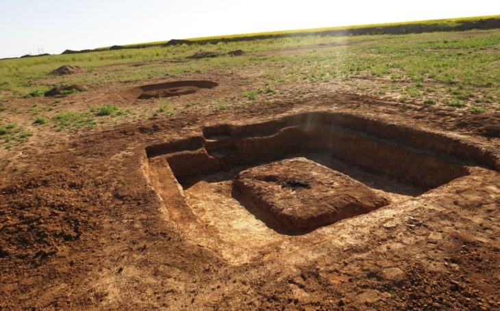 Hobby market z doby kamenné. Archeologové mají žně, kopou pod chystanou dálnicí D11, našli i sedm tisíc let starou obchodní stanici