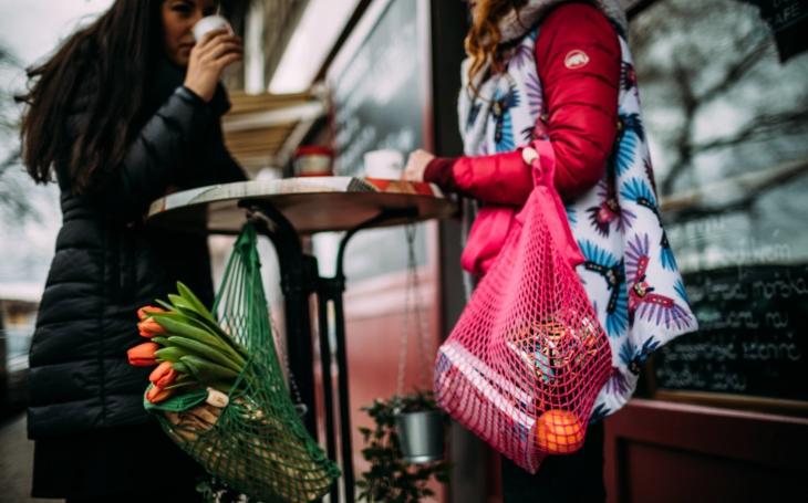 Původně retro taška je opět ve flóru a vyrábí se po tisících. A víte, že síťovku vymysleli na Vysočině, ve Žďáru nad Sázavou?