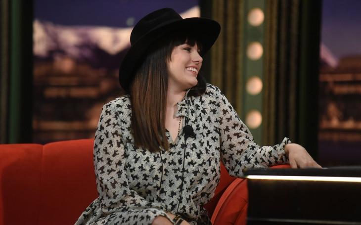 Místo abyste život žili, tak ho strávíte na sociálních sítích. Slavná zpěvačka nejen o tom, proč musí nosit klobouk