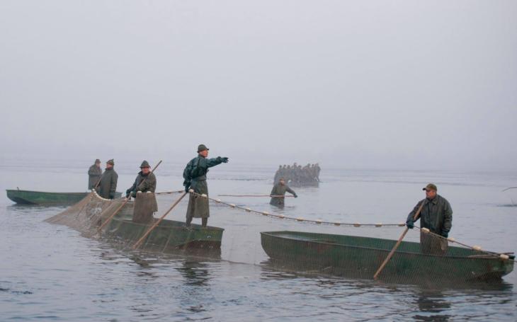 Rybářské sítě plné ryb, slunce prozařující mlhu, vůně smažených kaprů a svařáku. Přišel čas výlovů rybníků, vydejte se za zážitkem i čerstvou rybou