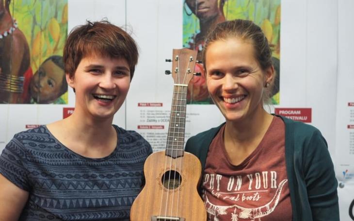 Na cestu kolem světa jedině s ukulele, otvírá zavřené dveře. Do Varů dorazili dobrodruzi, i jeden z nejlepších fotografů na světě