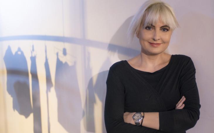Šaty (a muži) podle Nesvadbové. Nejkrásnější česká novinářka ve víru změn… VIP skandály a aférky