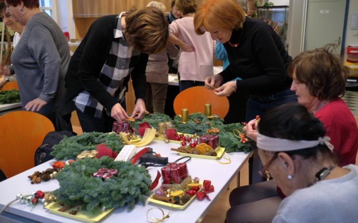 Listopad vKomunitním centru Prádelna – relaxace, zamyšlení nad životem i vázání adventních věnců