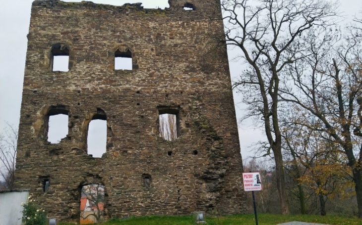 Ke zřícenině gotického hradu a letovisku, kam se v minulém století sjížděla celá Praha. Český poutník