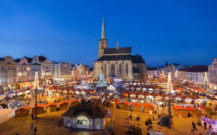 Ztišme se, advent přichází. V Plzni nabízí komentované procházky historickým centrem, setkání s vánočním pošťákem i trhy