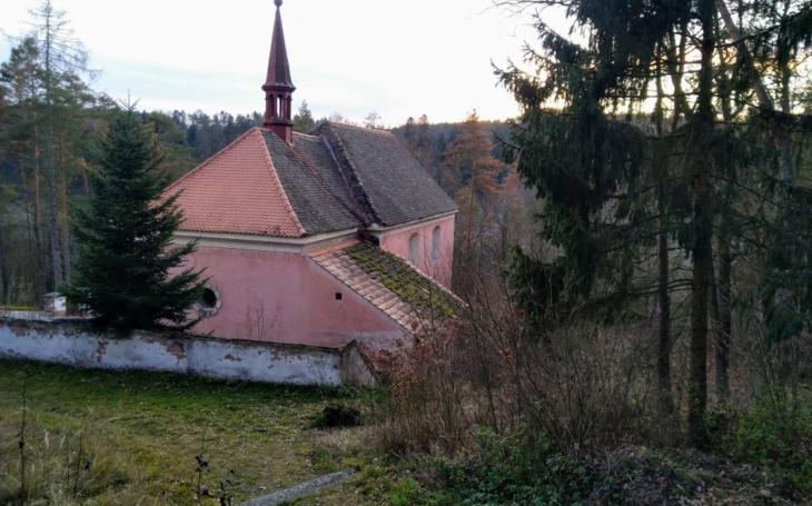 Ze zatopené obce zůstal jen kostel, který rozebrali a znovu postavili. Český poutník