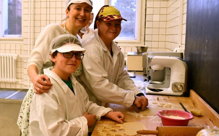 Linecké, vanilkové rohlíčky a koláče s makovou a oříškovou náplní... Adventní pečení cukroví si žáci ze ZŠ Rybitví užili