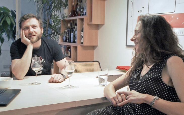 Útok intimními emocemi. Nová generace Manželských etud na ČT připomíná komerční reality show
