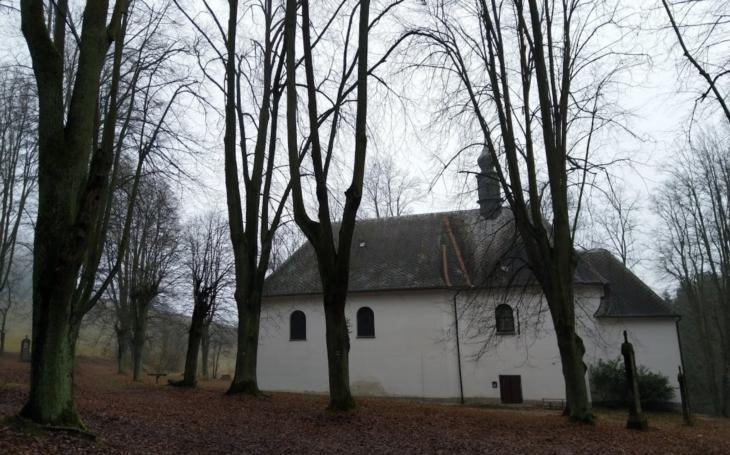 Vzpomínková cesta ke kostelíku Božího těla. A příběh o lakotné selce. Český poutník