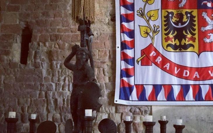 Moudrý šašek na Pražský hrad. Fejeton Jiřího Macků