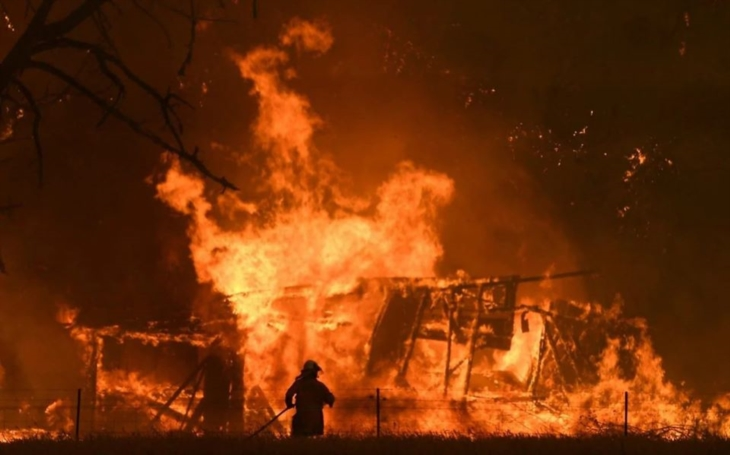 Hoří celý kontinent. Půl miliardy mrtvých zvířat, spálené domy a ohnivá tornáda. Komentář Štěpána Chába