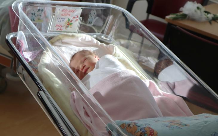 První dítě získalo od Pardubického kraje dar. Mamince blahopřál radní pro zdravotnictví