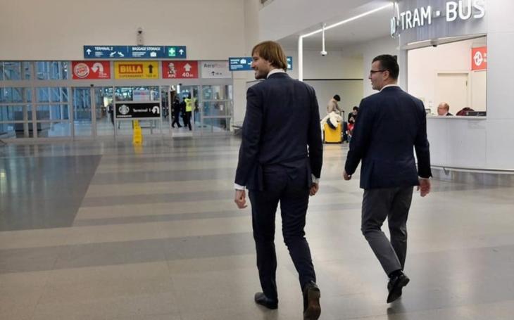 Pět Čechů, kteří přiletěli z Číny, skončilo v izolaci, ale čínští turisté se volně pohybují po celé zemi. Jsme pro smích