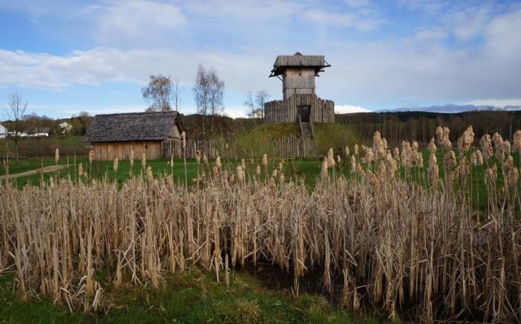 Dny jsou krátké a život je jen kolem ohně… Ochutnat středověk se vším všudy, i s hostincem z roku 1261? Pár kilometrů od Tachova, směr západ