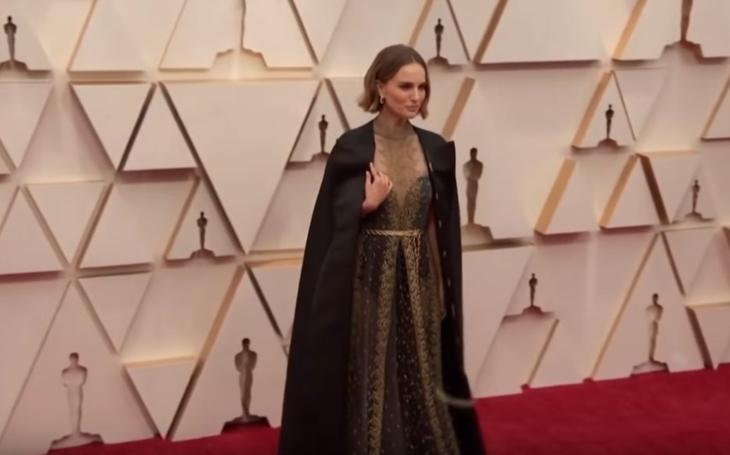 Káže vodu, pije víno? Padmé Amidala, herečka Natalie Portman, vyzvala Oscary na souboj,  poněkud kuriózně. Róbou od Diora