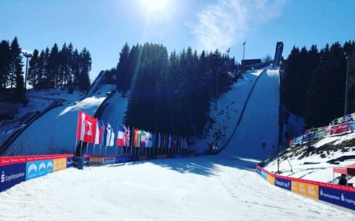 Malé německé městečko si trouflo na lyžařské mistrovství světa.  Nikdo ho naštěstí kvůli koronaviru nezakázal