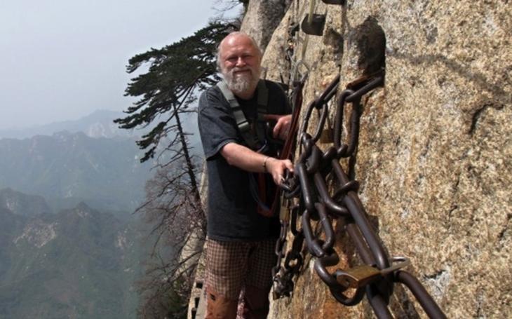 Tajemství nesmrtelnosti v Huashanu. Jediný chybný krok znamená pád do propasti. S cestovatelem Milošem Beranem popáté do Číny
