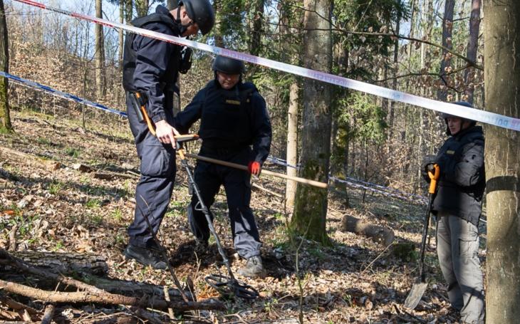 Policii pod nosem zmizelo šest tisíc samopalů, vzor 58. V okolí ´slavných´ Vrbětic se chodilo do lesa ne na houby, ale na zbraně