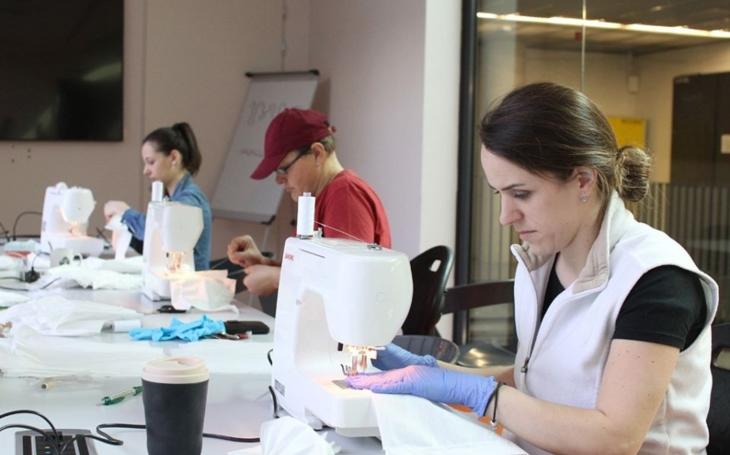 Lijeme prachy Číně, přitom si umíme roušky vyrobit v daleko vyšší kvalitě sami. Komentář Štěpána Chába