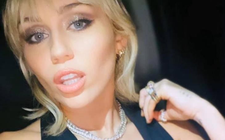 Miley Cyrus nemluví, ale dává. A víte, že Terminátor má osla a hollywoodský sex idol prodává gin? Sobota Pavla Přeučila