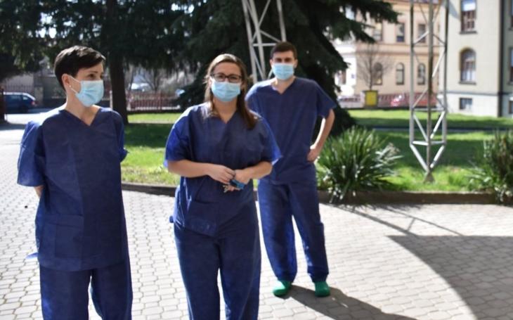 Nevyspání, nekonečná práce, hrozba infekce, ale i nabídka řízků a zjištění, že lidé jsou velmi milí. Zdravotní sestrou v době pandemie