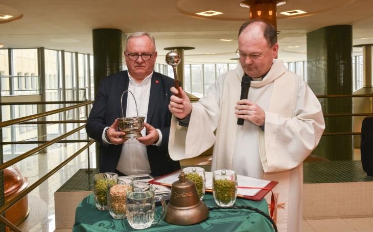 Papež František nedostane velikonoční pivo z Plzně, koronavirus ťápl do letité tradice. Zato se požehnanou várkou (o)svěží / pijí na biskupství