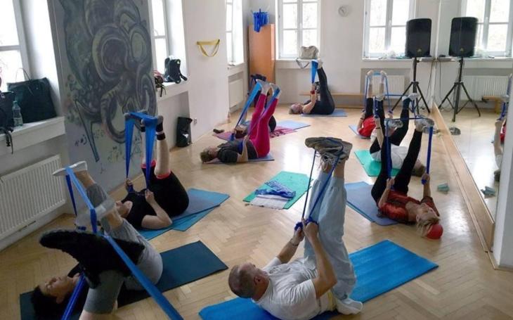 Senioři na Praze 5 o své aktivity nepřišli… V Komunitním centru Prádelna a Louka se senioři vzdělávají i cvičí on-line