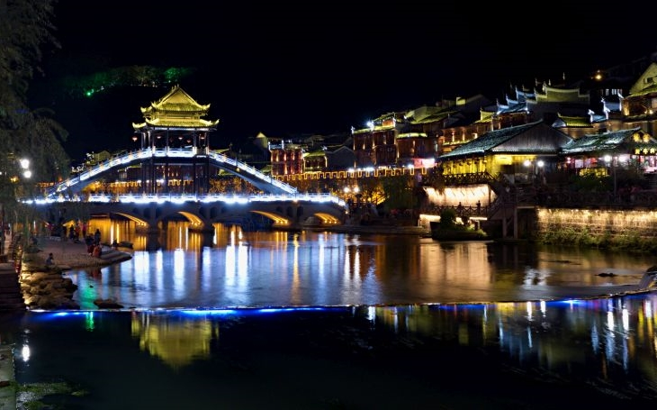 Domy na chůdách, skákací most i čínská Ibiza. S cestovatelem Milošem Beranem potřinácté do Číny
