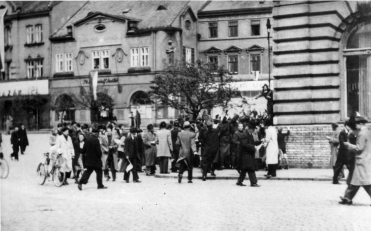 Jako první povstal proti nacistům Přerov. Tak trochu omylem, na základě ´jpp´, že válka končí. 54 obětí si připomněli tichou pietou