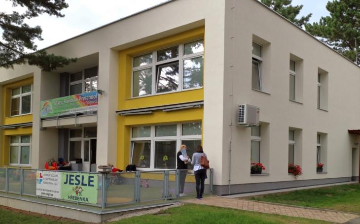 Čerstvě vyzdobené, s novou zahrádkou na terase… CSOP Praha 5 obnovuje provoz v jeslích Hřebenka