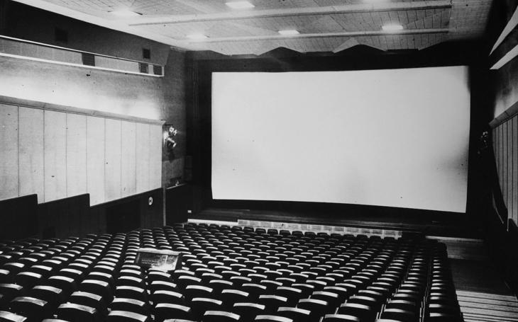 Báječní muži za promítačkou aneb vzpomínka na dávno zavřená kina a pozapomenuté filmy. Glosa Iva Fencla