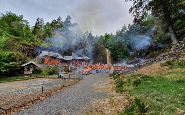 Nedopalek cigarety, úmysl, technická závada nebo lesní požár? Na popel shořely dvě historicky cenné chaty Na Tokáni