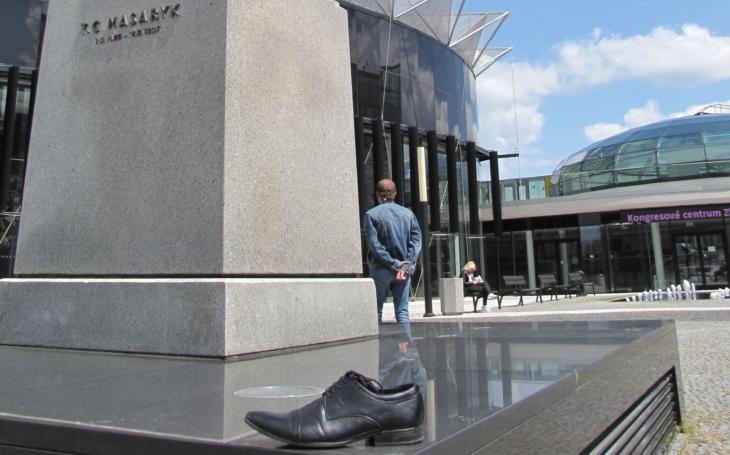 Sochy? Ve Zlíně možná bude mít svou sochu policejní botička a zlomená noha. Ve hře jsou i jarní cibuloviny