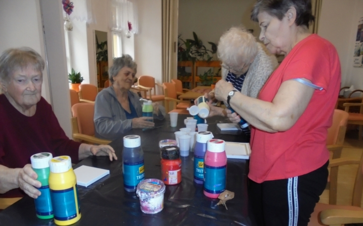 Malovat se může naučit každý. Arteterapie pomáhá klientům v Domě sociálních služeb Na Neklance