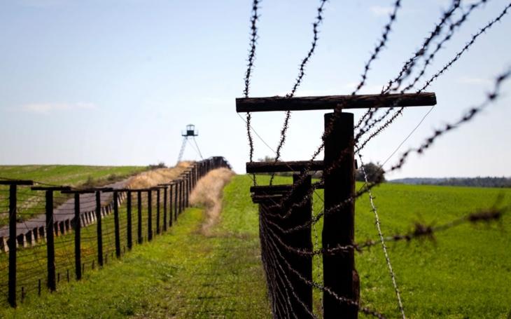 Pár  metrů ostnatého drátu, za nimi zoraný pás země a strážní věž. Tady umírali lidé, na jejichž památku vysadí Alej svobody