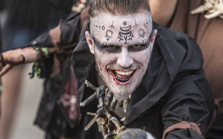 """Co teď dělají drsní metalisté? Brigádničí v pevnosti Josefov, večer pak hovoří o """"světě, hudbě a smrti"""". Ne, neděláme si srandu"""