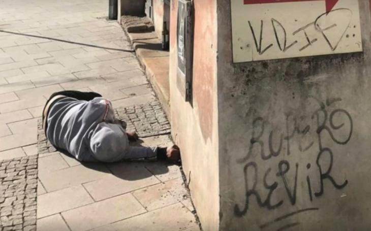 Bezdomovec zmlátil mentálně postiženou dívku, venčící psa. Olomouc problémy s agresivními bezdéčky řeší léta. K čemu tu policii vlastně máme?
