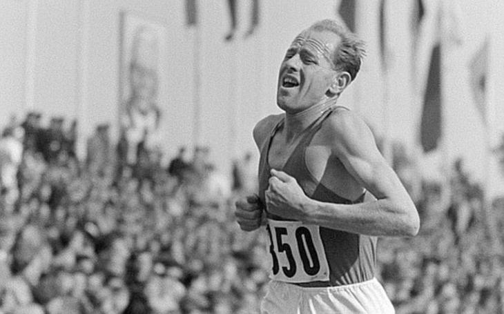 Olympijský vítěz Emil Zátopek opět pronásledován, tentokrát po něm jdou Blažek se Schovánkem. Co zaujalo Jiřího Macků